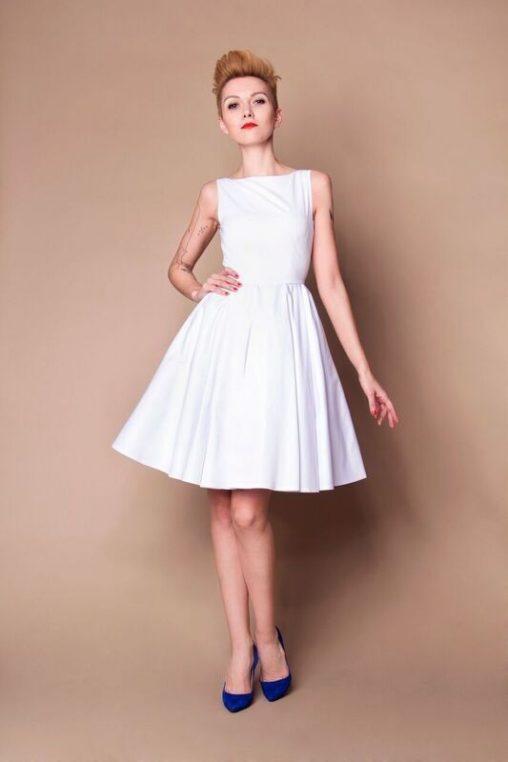Biała koktajlowa sukienka szyta z koła
