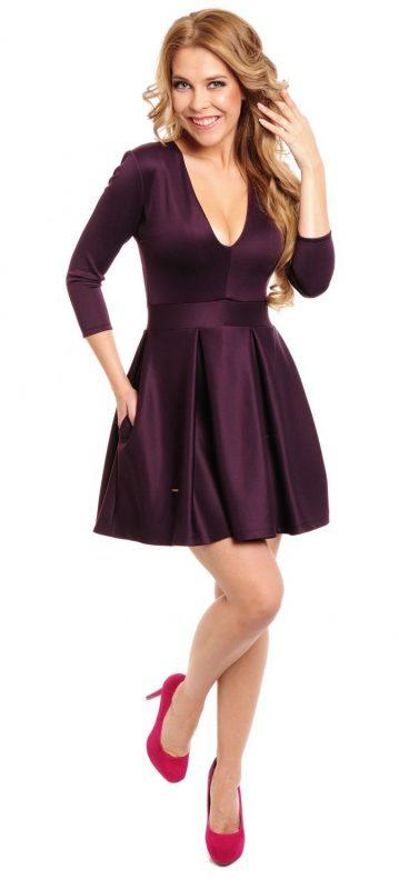 śliwkowa sukienka z dekoltem i kieszeniami