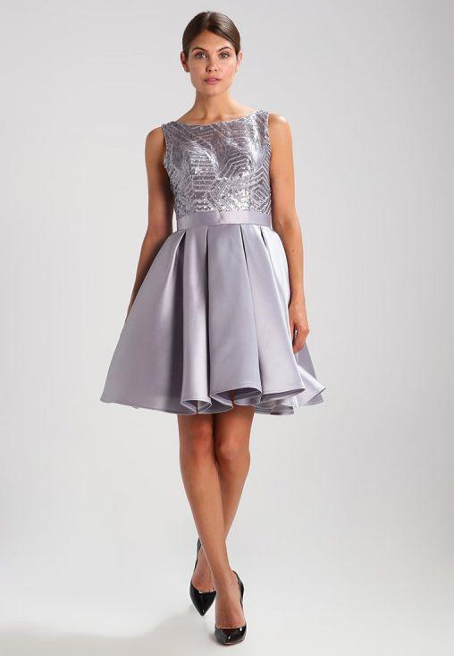 Srebrna sukienka na wesele rozkloszowana