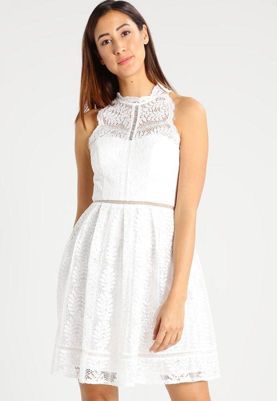 Biała koronkowa sukienka na lato