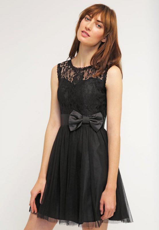 Czarna krótka dopasowana sukienka z koronką