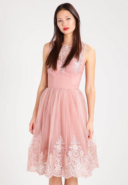 Różowa sukienka z haftem na plecach