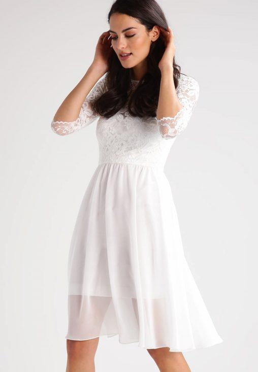 Delikatna biała sukienka z koronką