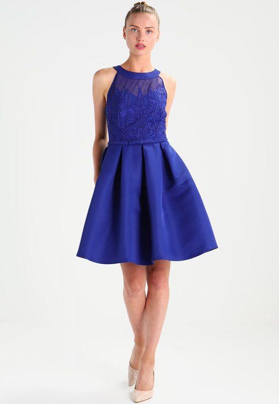 Rozkloszowana niebieska sukienka koktajlowa