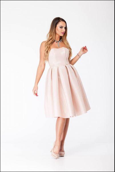 Pudrowo różowa sukienka na studniówkę
