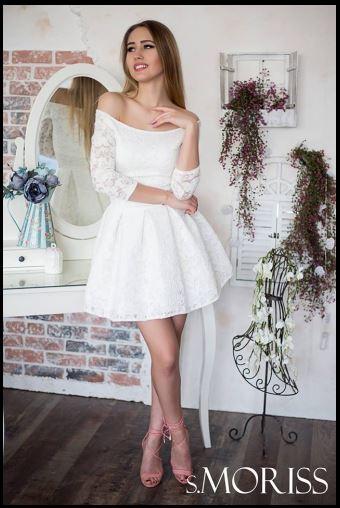 biała koronkowa sukienka bez ramion