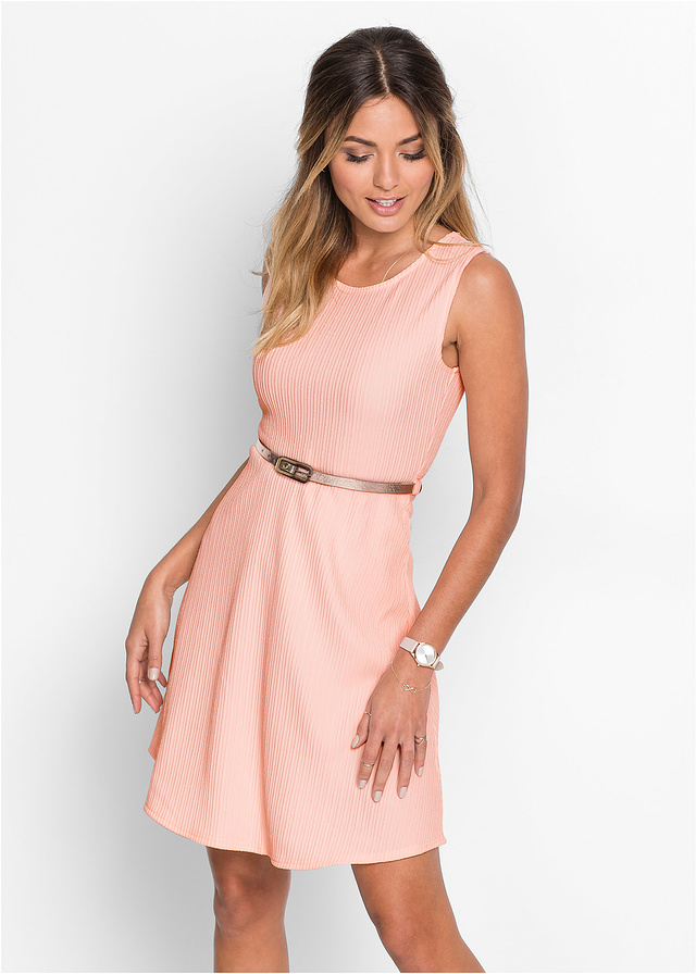 Różowa sukienka z dżerseju z paskiem