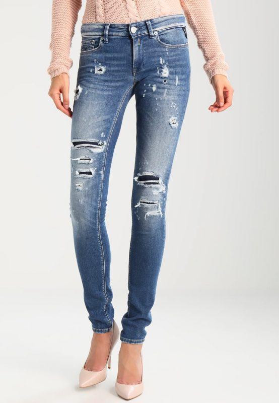 Niebieskie jeansy z dziurami