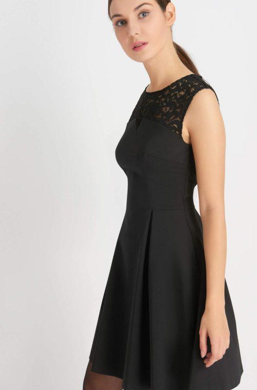 Rozkloszowana czarna sukienka z koronką