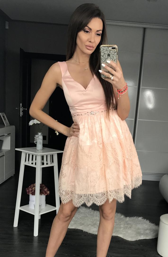 Pudrowa sukienka koronkowa na wesele