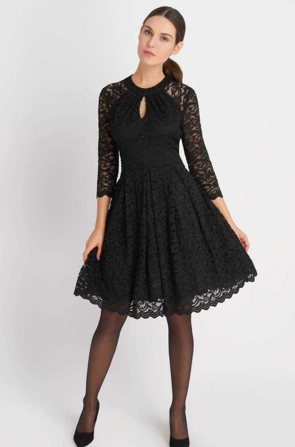 rozkloszowana czarna sukienka z koronki na wesele