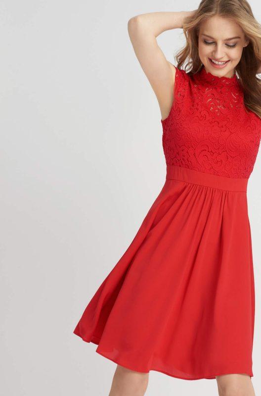 Rozkloszowana sukienka z koronkową górą czerwona