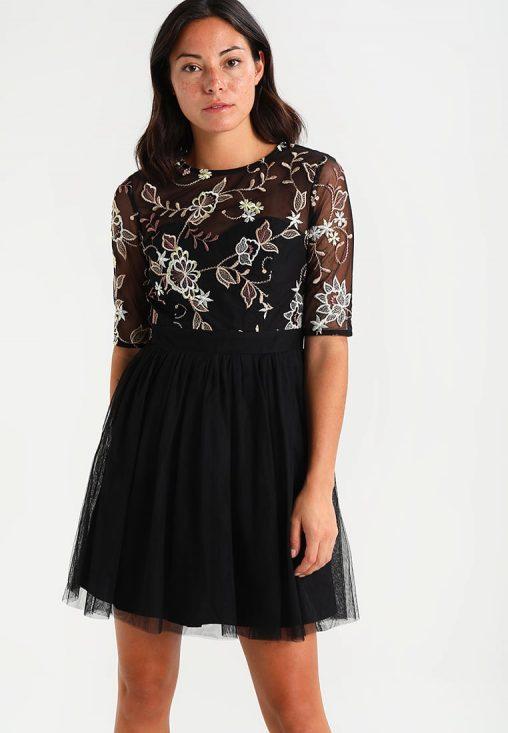 Czarna sukienka z kwiatowymi wzorami