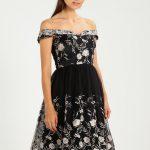 Czarna sukienka balowa zdobiona kwiatami