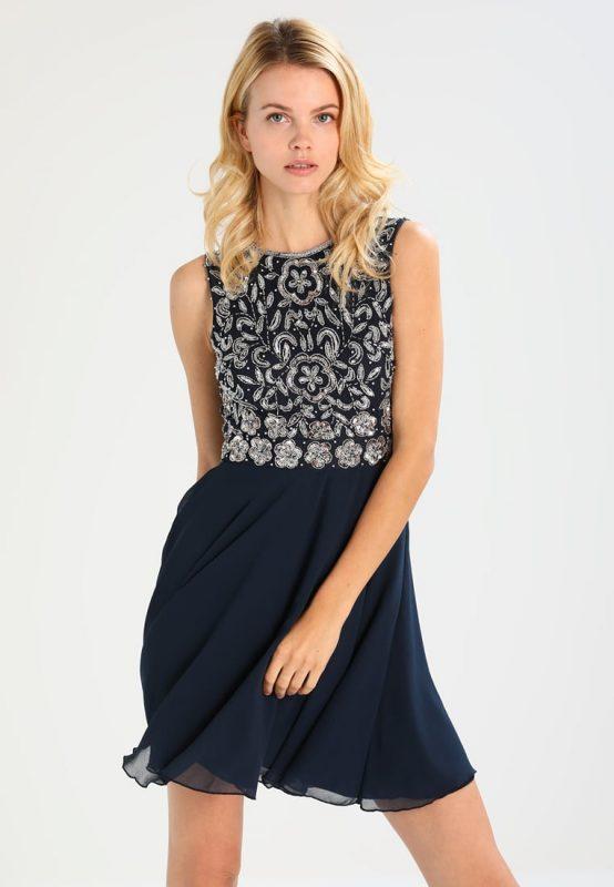 Granatowa sukienka z ozdobnymi wzorami