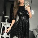 Czarna połyskująca sukienka na sylwestra