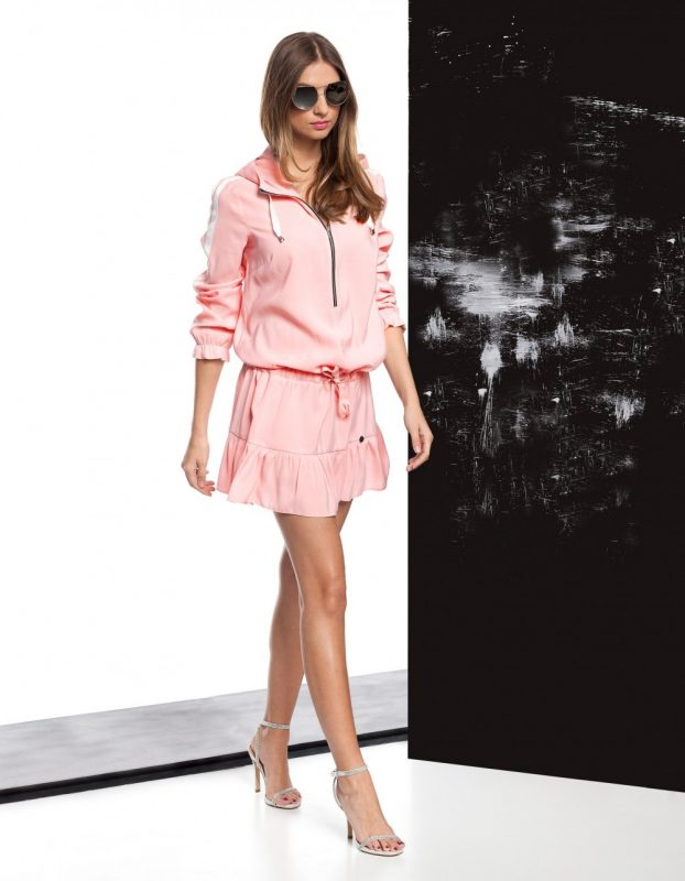 Różowa sukienka sportowa z kapturem