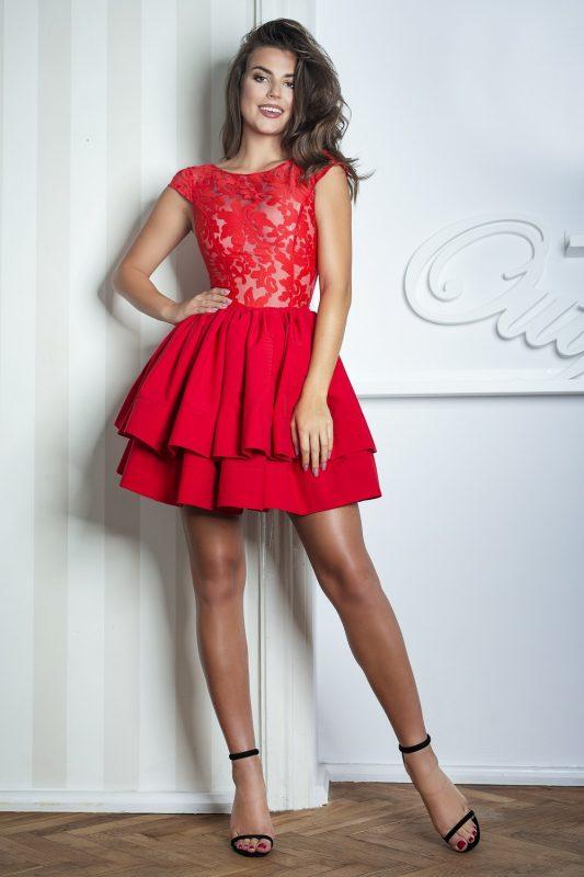 Czerwona sukienka z tiulu i koronki