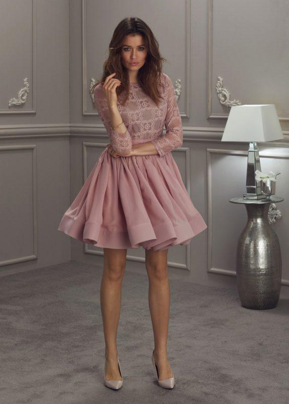 Różowa pudrowa sukienka z koronkową górą