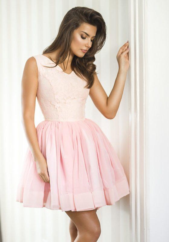 Różowa sukienka na wesele rozkloszowana