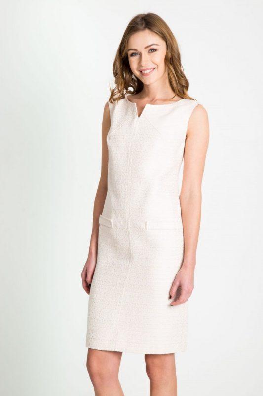Beżowa sukienka z rozcięciem w dekolcie - na wesele i do pracy
