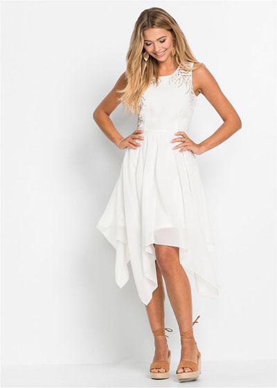 Biała letnia sukienka z dłuższymi bokami