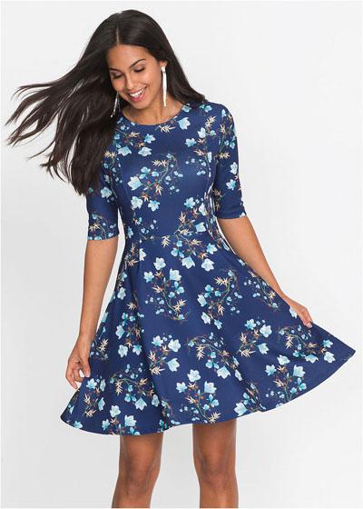 Niebieska sukienka rozkloszowana w kwiaty