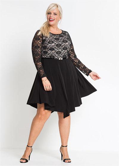 Rozkloszowana czarna sukienka plus size z koronką