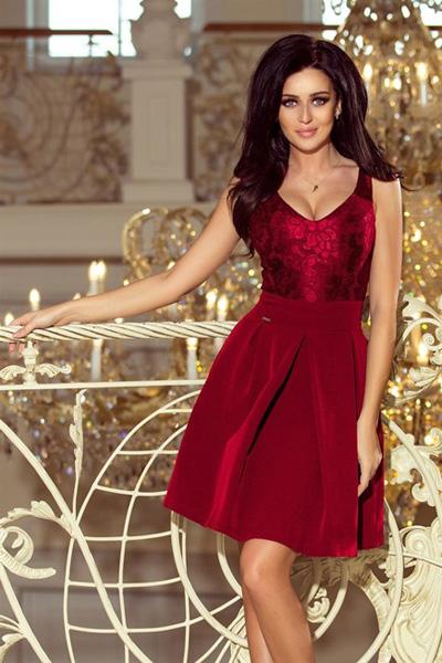 Bordowa sukienka z koronkowym dekoltem i kontrafałdami