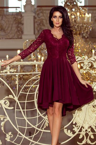 Bordowa sukienka z dłuższym tyłem i koronkowym dekoltem