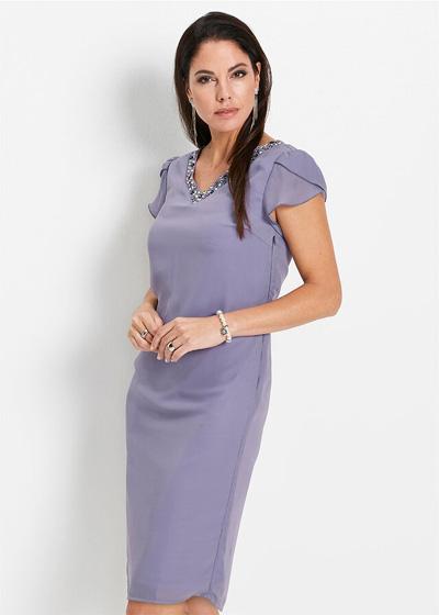 Fioletowa sukienka z kamieniami w dekolcie
